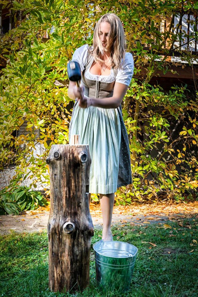 Foto: Haudrauf, Fraug schlägt mit Hammer auf Dose